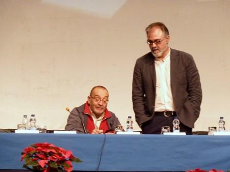 Pare Manel signant el llibre d'or acompanyat per l'Alcalde