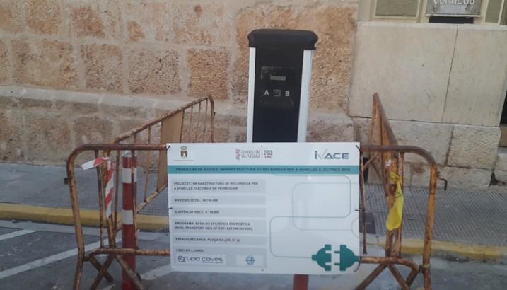 L'Ajuntament instal·la un punt de recàrrega de vehicles elèctrics a la plaça Major